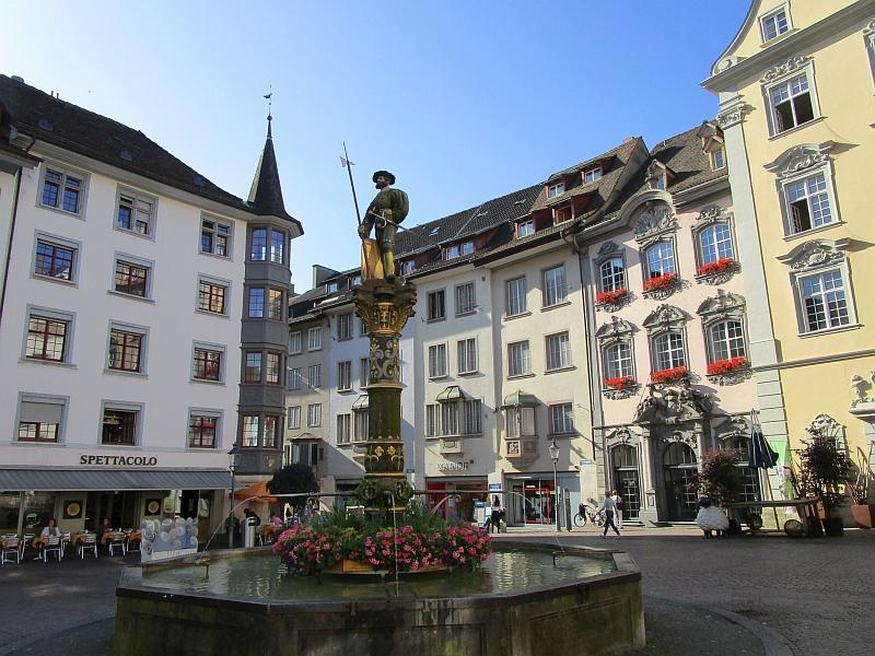 http://www.bahnreiseberichte.de/073-Drei-Tage-Schweiz/73-007Schaffhausen-Landsknechtbrunnen.JPG
