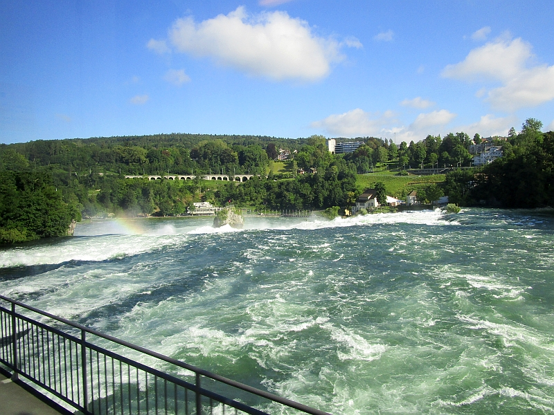 http://www.bahnreiseberichte.de/073-Drei-Tage-Schweiz/73-010Fahrt-Rheinfall.JPG