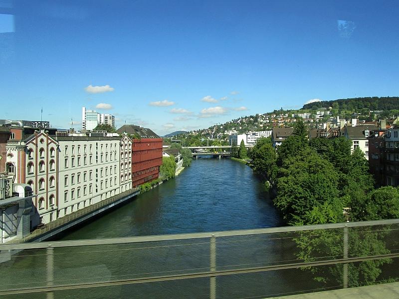 http://www.bahnreiseberichte.de/073-Drei-Tage-Schweiz/73-020Zuerich-Limmat.JPG