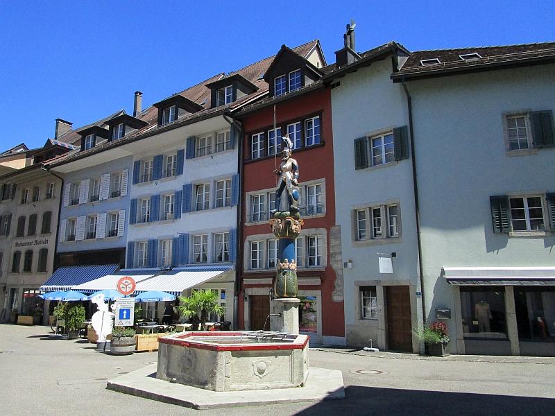 http://www.bahnreiseberichte.de/073-Drei-Tage-Schweiz/73-048Lenzburg-Metzgplatz-Chlausbrunnen.JPG