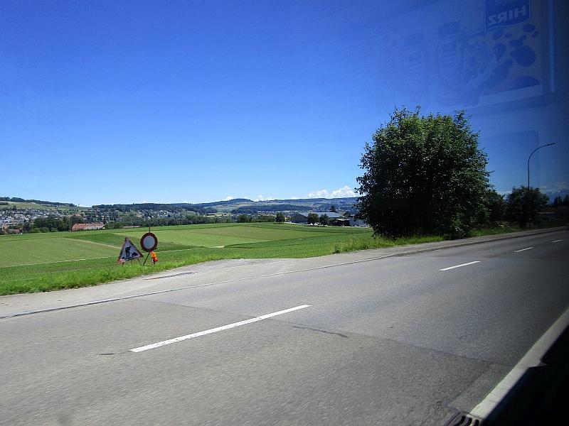 http://www.bahnreiseberichte.de/073-Drei-Tage-Schweiz/73-053Seetalbahn-Landstrasse.JPG