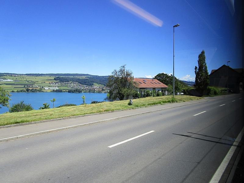http://www.bahnreiseberichte.de/073-Drei-Tage-Schweiz/73-060Seetalbahn-Landstrasse.JPG