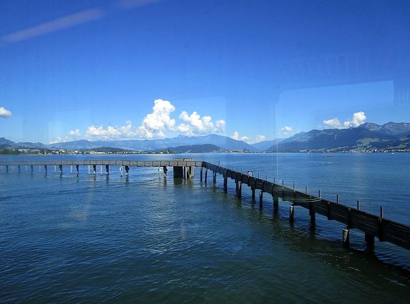 http://www.bahnreiseberichte.de/073-Drei-Tage-Schweiz/73-075Fahrt-Zuerichsee-Damm.JPG
