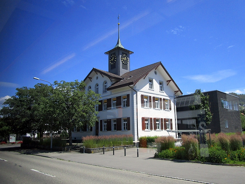 http://www.bahnreiseberichte.de/073-Drei-Tage-Schweiz/73-130Hirschthal-Schulhaus.JPG