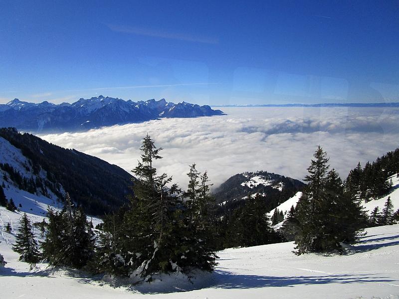 http://www.bahnreiseberichte.de/078-Montreux-Vevey-Riviera/78-27Genfersee-Nebel.JPG