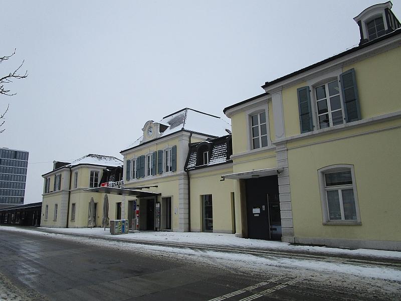 http://www.bahnreiseberichte.de/086-Jura-Ligne-Horlogers/86-17Delemont-Bahnhof.JPG