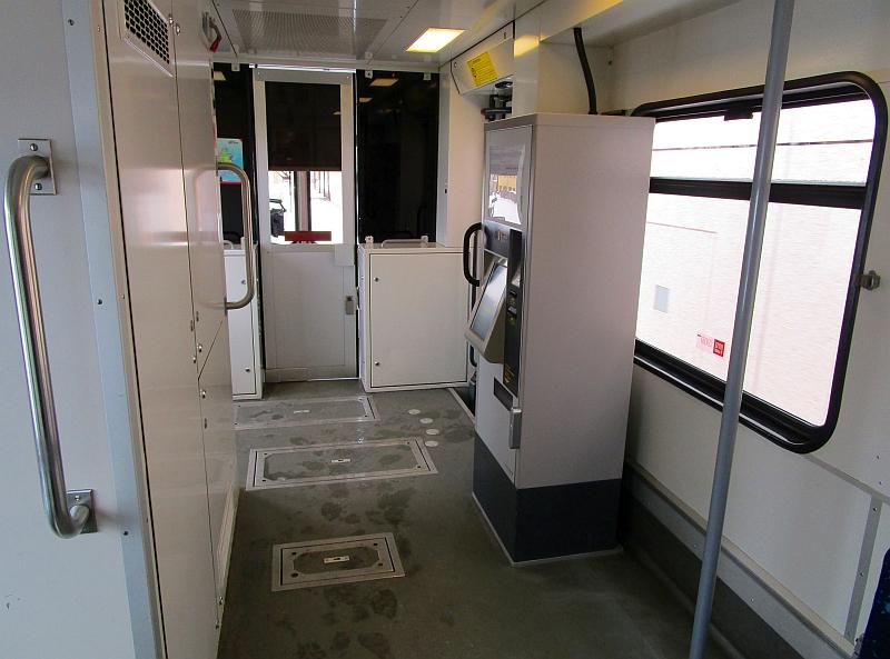 http://www.bahnreiseberichte.de/086-Jura-Ligne-Horlogers/86-47TRN-BDe44-8-Vorraum.JPG