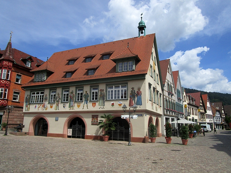 http://www.bahnreiseberichte.de/089-Kinzigtal/89-18Haslach-Rathaus.JPG