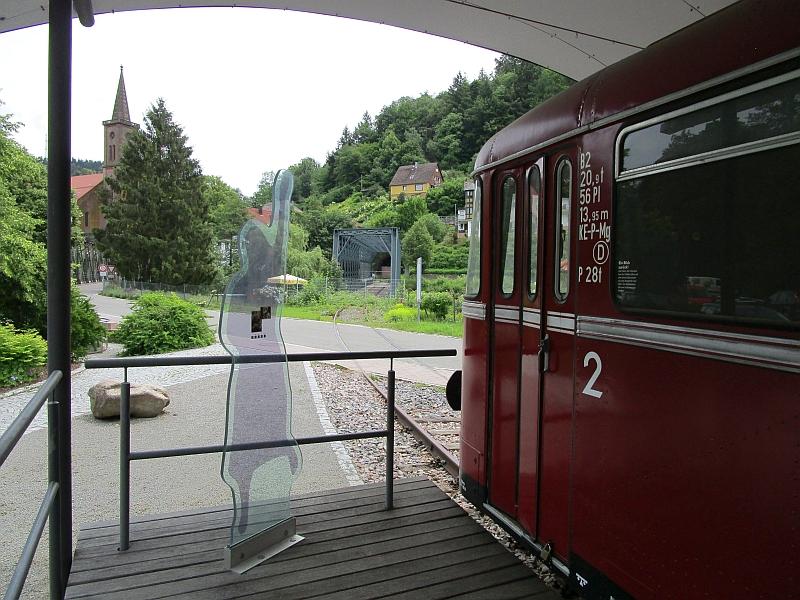 http://www.bahnreiseberichte.de/089-Kinzigtal/89-40Schiltach-Bahnpunkt-Strecke.JPG