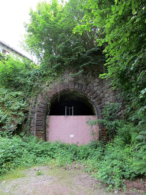 http://www.bahnreiseberichte.de/089-Kinzigtal/89-45Schiltach-Tunnelportal.JPG