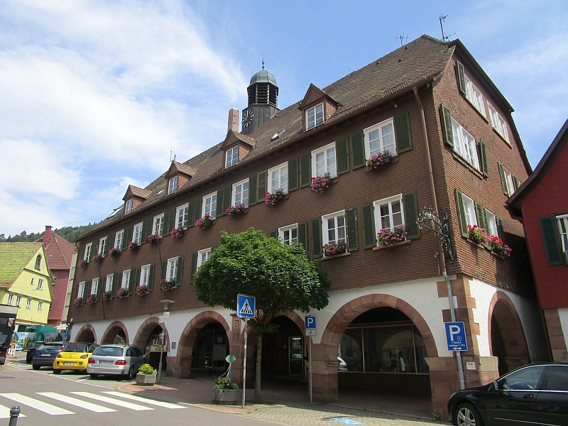 http://www.bahnreiseberichte.de/089-Kinzigtal/89-56Alpirsbach-Rathaus.JPG