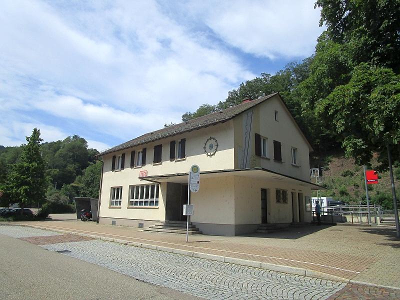 http://www.bahnreiseberichte.de/089-Kinzigtal/89-59Alpirsbach-Bahnhof.JPG