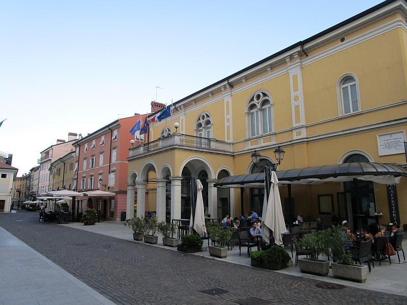 http://www.bahnreiseberichte.de/090-Achensee-Schafberg/90-083Gorizia-Verdi-Theater.JPG