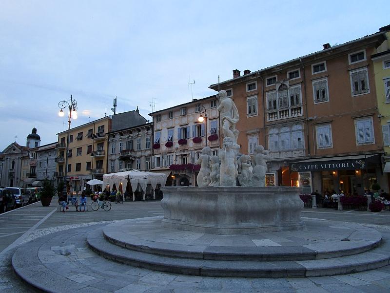 http://www.bahnreiseberichte.de/090-Achensee-Schafberg/90-085Gorizia-Piazza-Vittoria.JPG