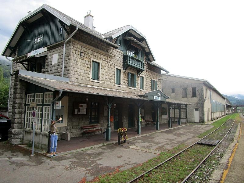 http://www.bahnreiseberichte.de/090-Achensee-Schafberg/90-099Kanal-Bahnhof.JPG