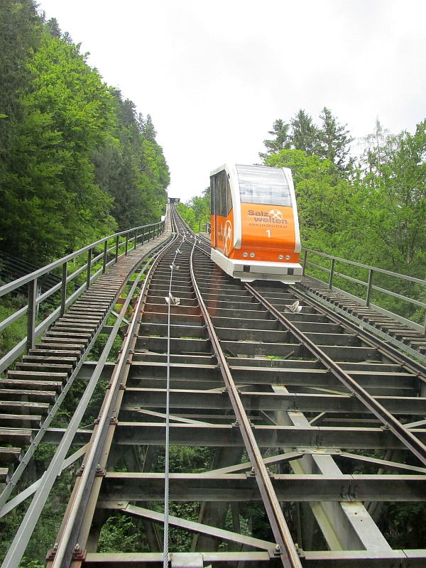 http://www.bahnreiseberichte.de/090-Achensee-Schafberg/90-180Halstatt-Salzbergbahn.JPG