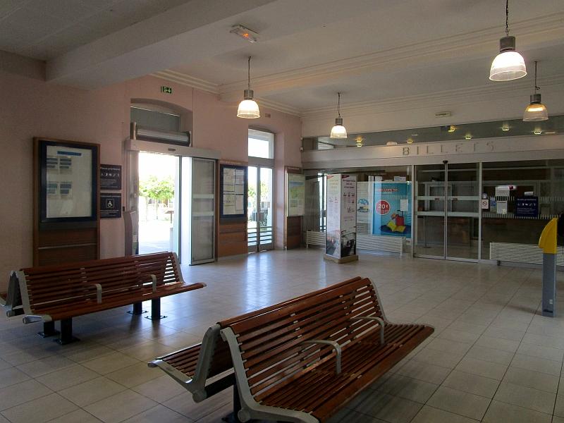 http://www.bahnreiseberichte.de/092-MontBlanc-Chablais/92-028Evian-les-Bains-Bahnhof-innen.JPG