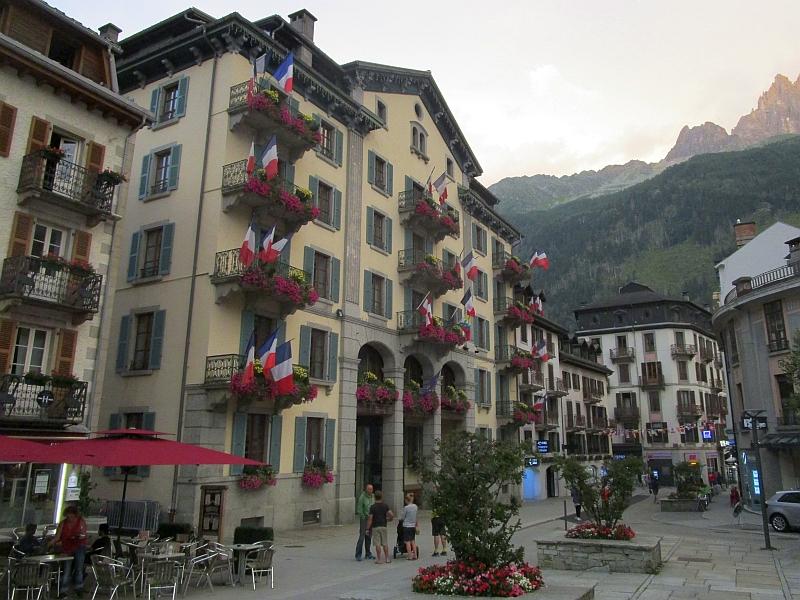 http://www.bahnreiseberichte.de/092-MontBlanc-Chablais/92-050Chamonix-Rathaus.JPG