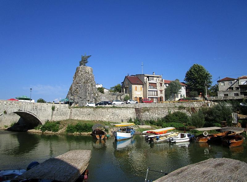 http://www.bahnreiseberichte.de/093-Montenegro/93-047Virpazar-Monument.JPG