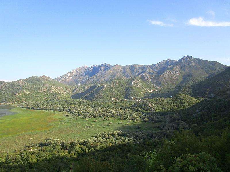 http://www.bahnreiseberichte.de/093-Montenegro/93-049Berge-Skutarisee.JPG
