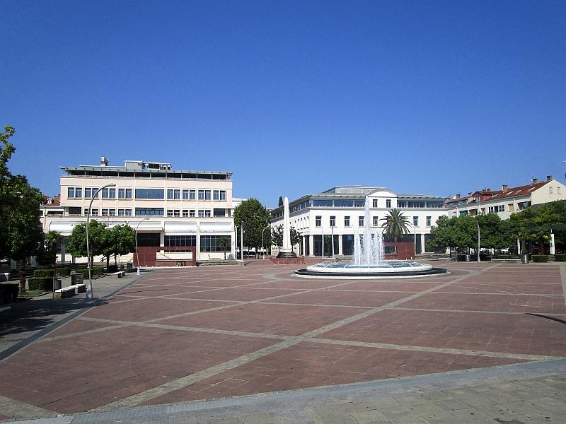 http://www.bahnreiseberichte.de/093-Montenegro/93-068Podgorica-Trg-Republike.JPG