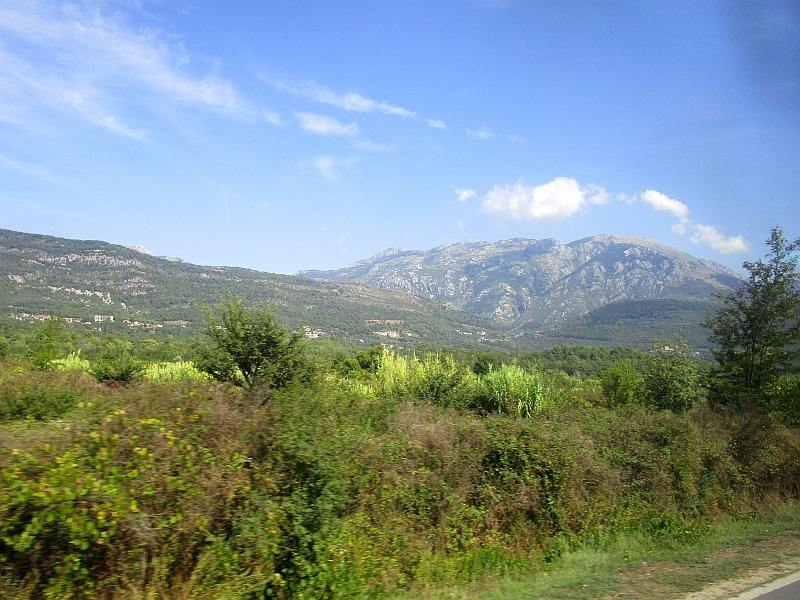 http://www.bahnreiseberichte.de/093-Montenegro/93-071Fahrt-Bus-Berge.JPG