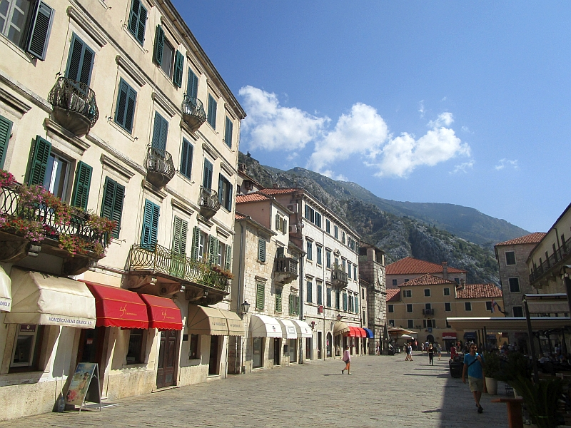 http://www.bahnreiseberichte.de/093-Montenegro/93-072Kotor-Trg-od-Oruzja.JPG