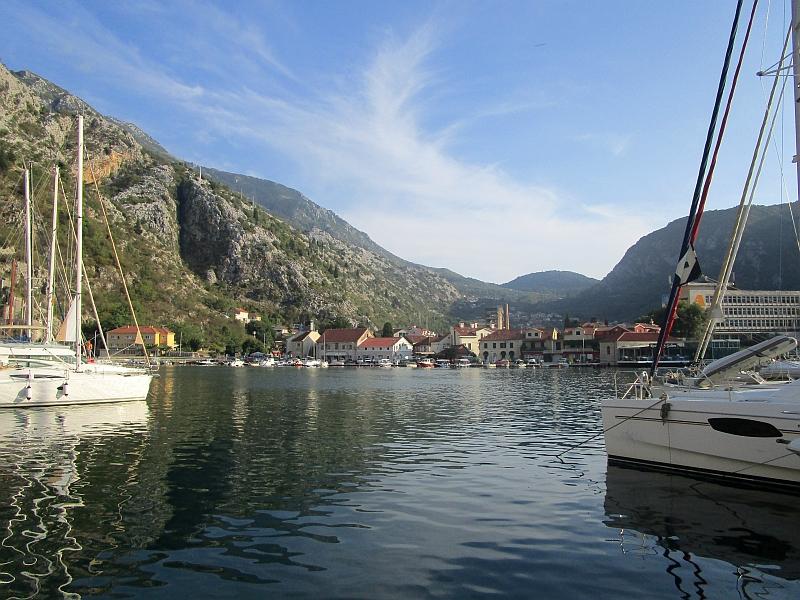 http://www.bahnreiseberichte.de/093-Montenegro/93-074Kotor-Hafen.JPG