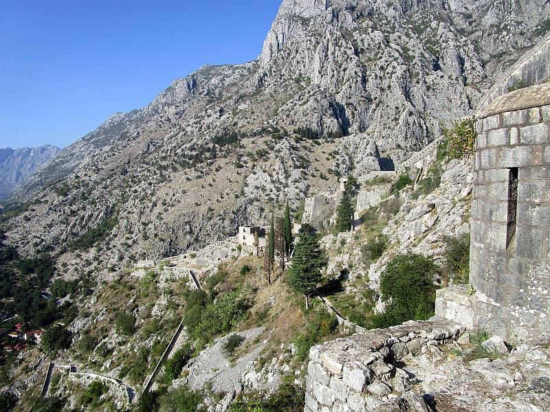 http://www.bahnreiseberichte.de/093-Montenegro/93-077Kotor-Festung.JPG