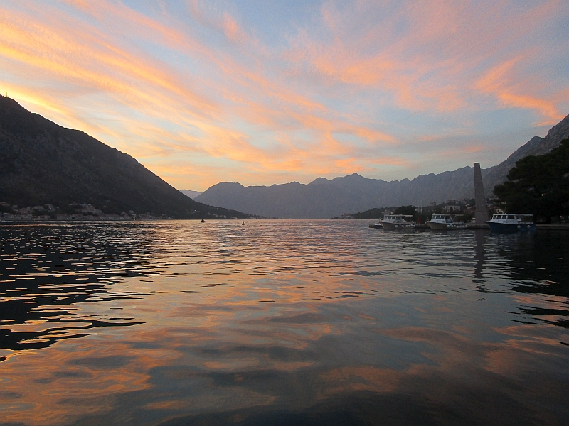 http://www.bahnreiseberichte.de/093-Montenegro/93-083Kotor-Bucht-Abend.JPG