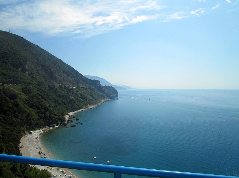 http://www.bahnreiseberichte.de/093-Montenegro/93-090Fahrt-Bus-Kotor-Budva-Kueste.JPG