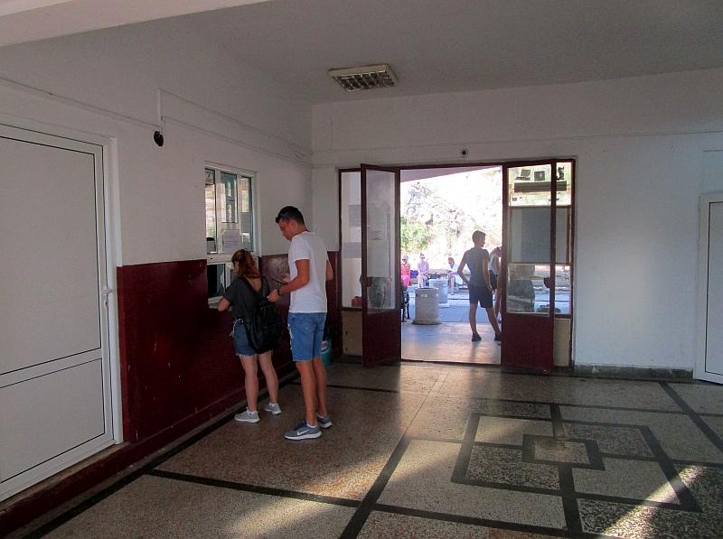 http://www.bahnreiseberichte.de/093-Montenegro/93-102Sutomore-Bahnhof-innen.JPG