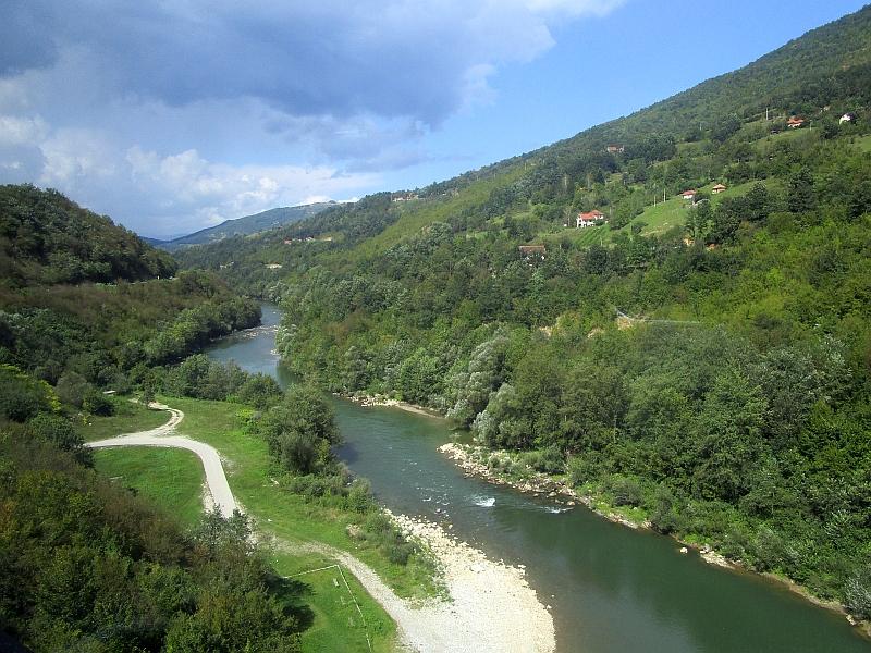 http://www.bahnreiseberichte.de/093-Montenegro/93-122Fahrt-Pranjci-Lim.JPG