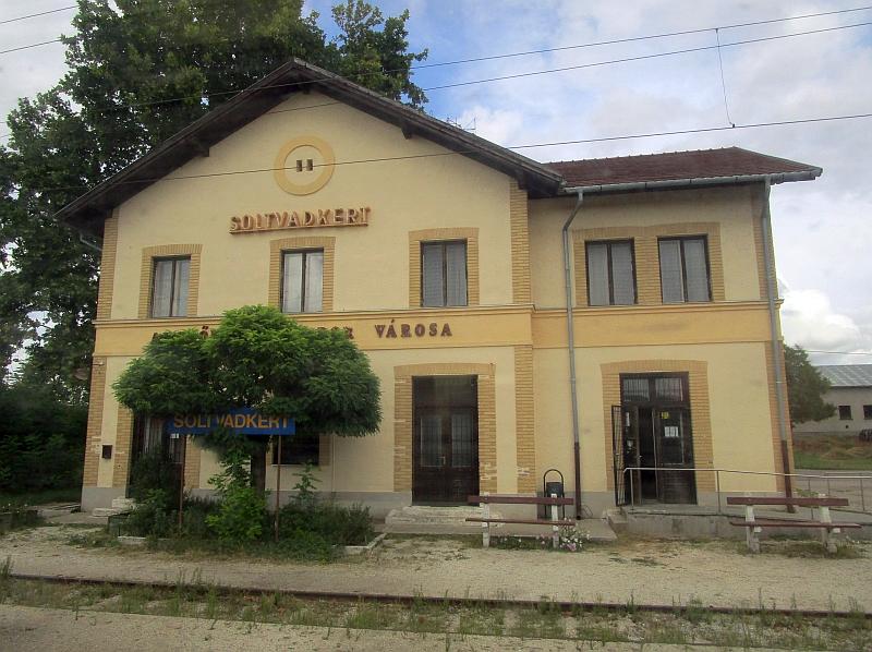 http://www.bahnreiseberichte.de/093-Montenegro/93-151Bahnhof-Soltvadkert.JPG