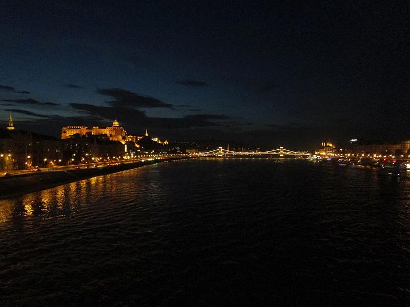 http://www.bahnreiseberichte.de/093-Montenegro/93-158Budapest-Donau-Nacht.JPG