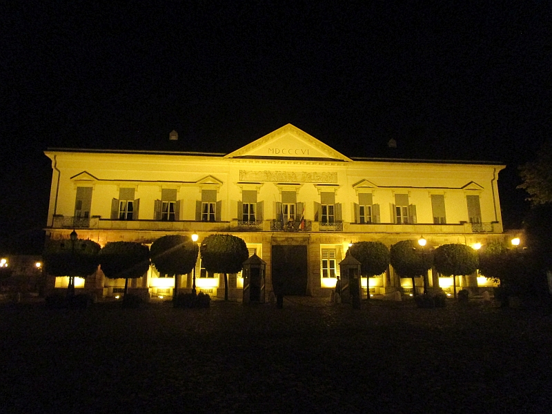 http://www.bahnreiseberichte.de/093-Montenegro/93-159Budapest-Palais-Sandor.JPG