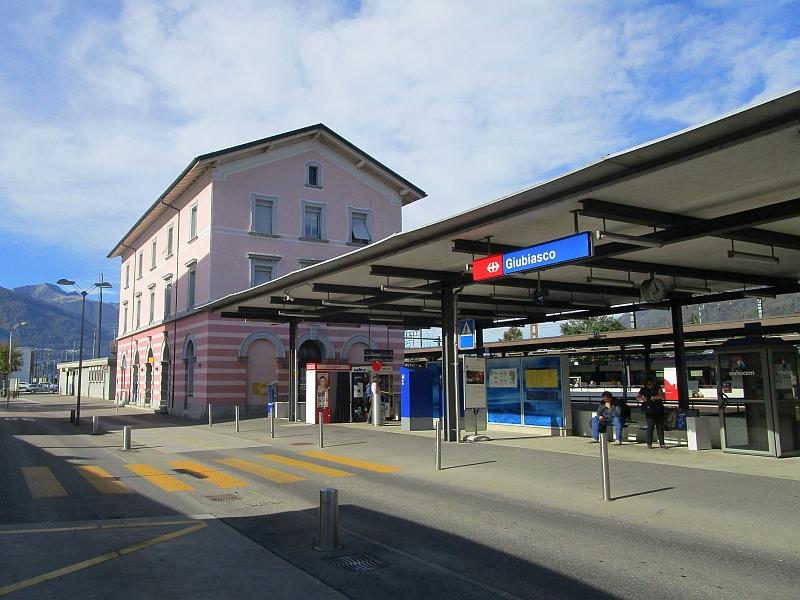 http://www.bahnreiseberichte.de/094-Serfaus-Mantua-Centovalli/94-109Bahnhof-Giubiasco.JPG