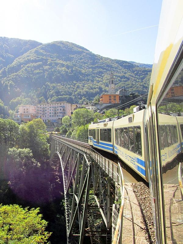 http://www.bahnreiseberichte.de/094-Serfaus-Mantua-Centovalli/94-117Fahrt-Intragna-Viadukt.JPG