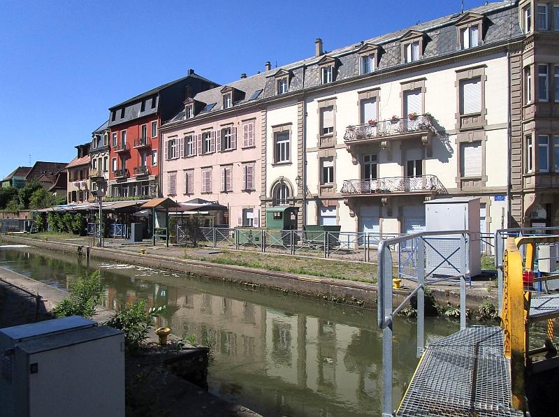 http://www.bahnreiseberichte.de/097-Taunus-Saar-Elsass/97-154Saverne-Schleuse-Lokdenkmal.JPG