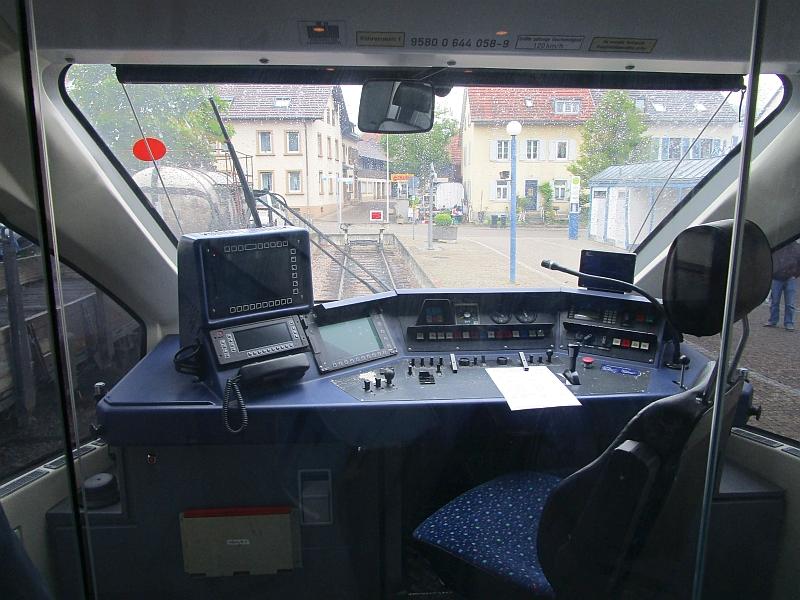 http://www.bahnreiseberichte.de/098-Triregio-Basel/98-010Kandern-Fuehrerstand.JPG