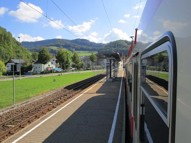 http://www.bahnreiseberichte.de/098-Triregio-Basel/98-080Station-Winkelweg.JPG