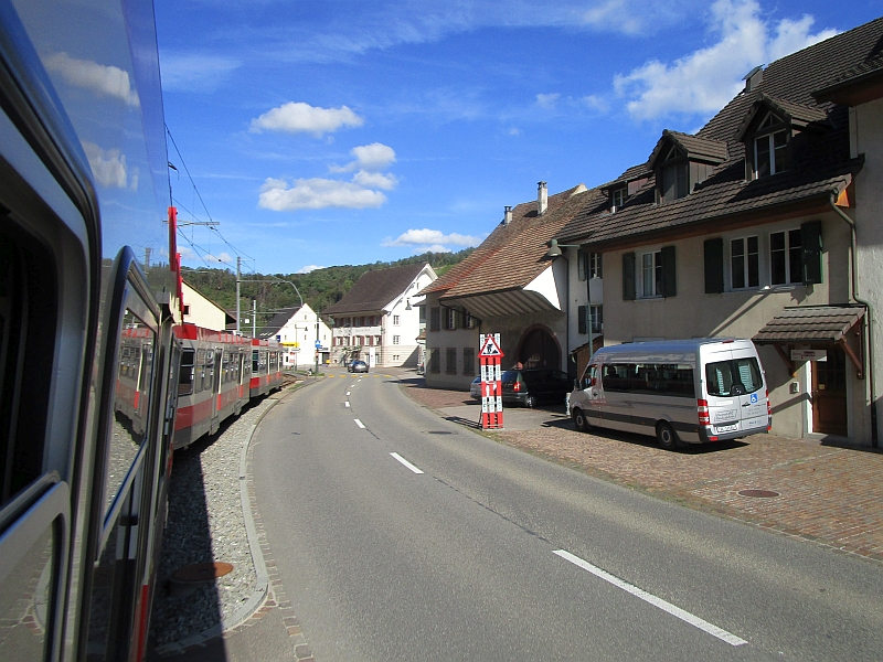 http://www.bahnreiseberichte.de/098-Triregio-Basel/98-093Fahrt-Waldenburgerbahn-Hoelstein.JPG